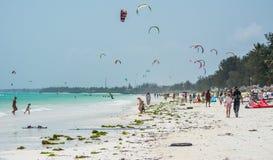 Kitesurfing är mycket populär på Zanzibar tanzania royaltyfri foto