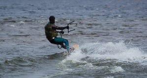 Kitesurfing в холодной воде Стоковая Фотография