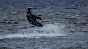 Kitesurfing в холодной воде Стоковые Фотографии RF