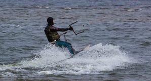 Kitesurfing в холодной воде Стоковые Фото