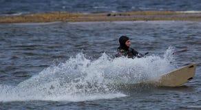 Kitesurfing в холодной воде Стоковая Фотография RF