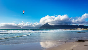 Kitesurfing на общине пляжа Het Kommitjie около Кейптауна Стоковая Фотография RF