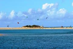 Kitesurfing на побережье солнечности Стоковое Изображение RF