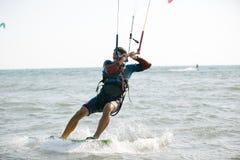Kitesurfing, фото действия Kiteboarding Стоковое фото RF