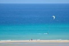 Kitesurfing Foto de archivo libre de regalías