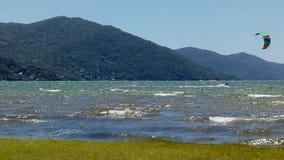 kitesurfing alla laguna fotografia stock libera da diritti