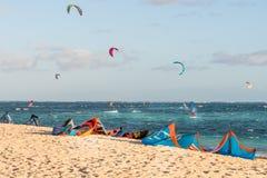 Kitesurfing auf dem Strand Lizenzfreie Stockbilder