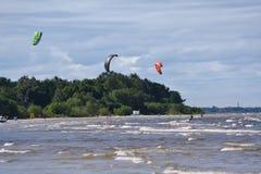 Kitesurfing av det baltiska havet arkivfoto
