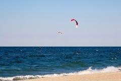 Kitesurfing bakgrundsbegrepp, två kitesurfers på havshavet Fotografering för Bildbyråer