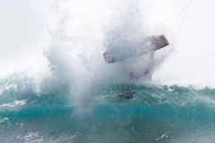 Kitesurfing dans de grandes ondes Photos stock