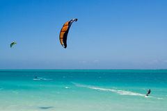 Kitesurfing dans la lagune Photographie stock