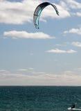 Kitesurfing dans le paradis Photographie stock libre de droits