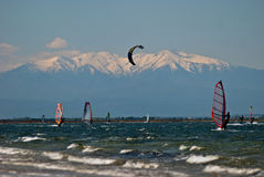 Kitesurfing davanti a Mont Canigou, Leucate Immagine Stock Libera da Diritti