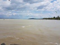 Kitesurfing el lago Balatón Imagenes de archivo