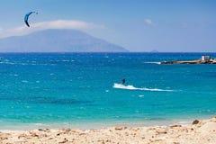 Kitesurfing en Agrillaopotamos de Karpathos, Grecia Foto de archivo libre de regalías