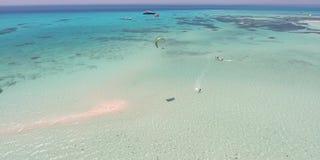 Kitesurfing en Egipto Mucha gente que tira del vídeo del aire 4K almacen de video