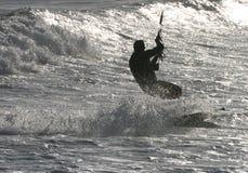 Kitesurfing en el mar chispeante Imágenes de archivo libres de regalías