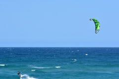 Kitesurfing en el paraíso Queensland Australia de las personas que practica surf Imágenes de archivo libres de regalías
