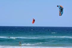 Kitesurfing en el paraíso Queensland Australia de las personas que practica surf Fotos de archivo
