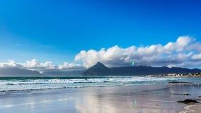 Kitesurfing en la comunidad de la playa de Het Kommitjie cerca de Cape Town Imagen de archivo libre de regalías