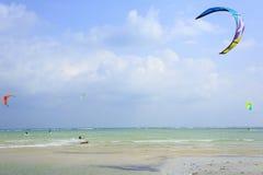 Kitesurfing en la isla de Koh Samui 31 de enero de 2015 Imagen de archivo libre de regalías