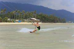 Kitesurfing en la isla de Koh Samui 31 de enero de 2015 Foto de archivo libre de regalías
