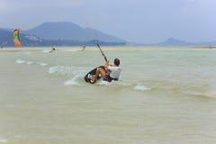 Kitesurfing en la isla de Koh Samui 31 de enero de 2015 Imagenes de archivo