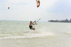 Kitesurfing en la isla de Koh Samui 31 de enero de 2015 Imagen de archivo