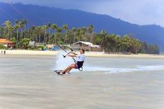 Kitesurfing en la isla de Koh Samui 31 de enero de 2015 Fotografía de archivo