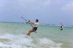 Kitesurfing en la isla de Koh Samui 31 de enero de 2015 Foto de archivo