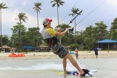 Kitesurfing en la isla de Koh Samui 31 de enero de 2015 Fotos de archivo
