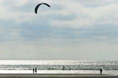 Kitesurfing en la playa en Ording Fotos de archivo