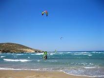 Kitesurfing en Prasonisi, Rodas, Grecia Imagen de archivo libre de regalías