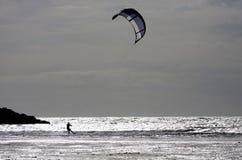 Kitesurfing en Rhosneiger imagen de archivo