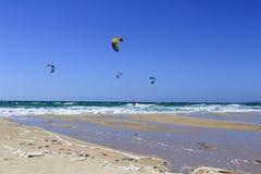 Kitesurfing, extreme Sportherausforderung, Tarifa in Spanien Lizenzfreies Stockbild