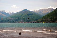 Kitesurfing i Colico italy Arkivfoton