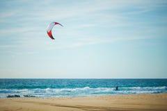 Kitesurfing i solig dag arkivfoton