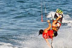Kitesurfing i sommaren Arkivfoto