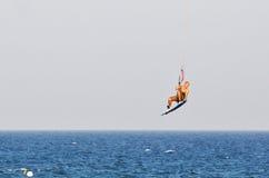 Kitesurfing i sommaren Arkivbild