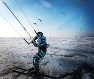Kitesurfing i vintern Åka skridskor på isen i vinden Fotografering för Bildbyråer