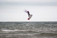 Kitesurfing Idrottsman nenbanhoppning ut ur vattnet Arkivfoto
