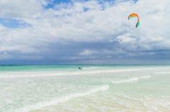Kitesurfing im schönen Meer Kitesurfer in der Aktion auf klarem blauem tropischem Wasser, Mexiko Stockfoto
