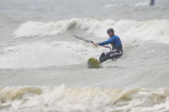 Kitesurfing im Spray. Stockfoto