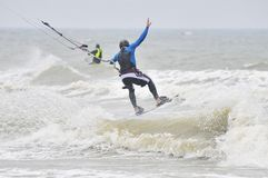 Kitesurfing im Spray. Stockfotos
