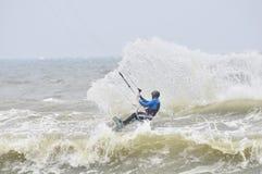 Kitesurfing im Spray. lizenzfreies stockbild