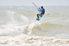 Kitesurfing im Spray. lizenzfreies stockfoto