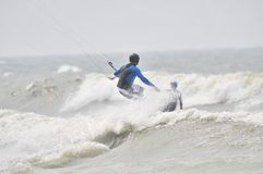 Kitesurfing im Spray. Stockfotografie