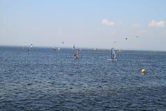 Kitesurfing in Jurata Lizenzfreies Stockbild