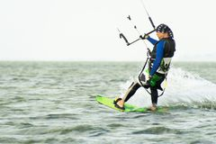 Kitesurfing Kiteboarding行动在波浪中的照片人迅速去 免版税库存图片