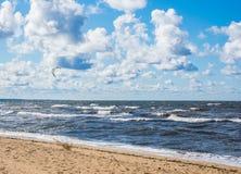 Kitesurfing Kiteboarding行动照片 在波浪中的Kitesurfer迅速去 免版税库存图片